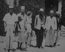 Margarete Trappe mit ihren Angestellten vor ihrem Wohnhaus